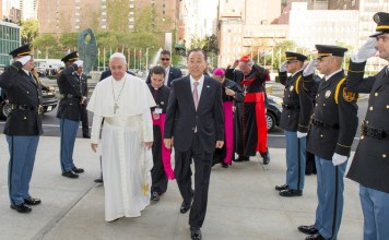 Pope Francis arriving at the UN headquarters accompanied by UN Chief Bam Ki-moon in New York. Photo: Alie Sheriff/The AfricaPaper