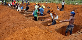 Workers are seen digging graves at Paloko cemetery in Waterloo, Sierra Leone August 17, 2017. Credit: REUTERS/Afolabi Sotunde