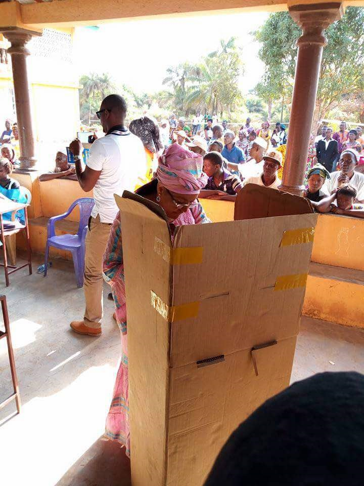 Voting at a polling station. Photo: Abubakarr Kamara/The AfricaPaper. (c) March 2018