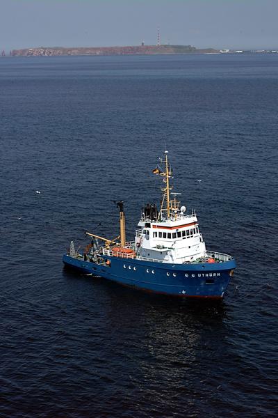 Seit 25 Jahren ist der Forschungskutter Uthörn für die Wissenschaft in der Deutschen Bucht im Einsatz. Der Heimathafen ist Helgoland.