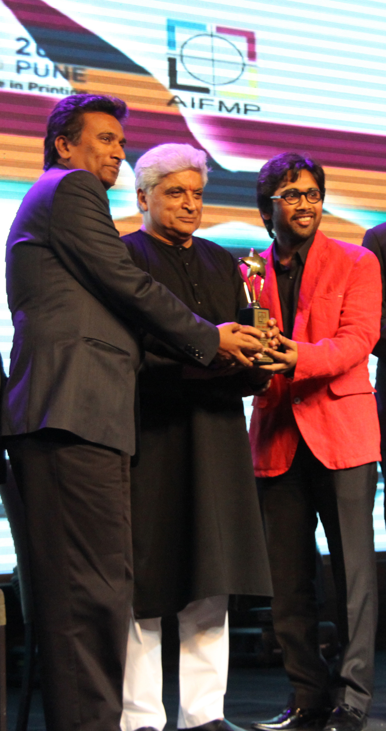 Poet Javed Akhtar presenting the award to Mr. Dhanvi Shah & Mr. Chaitya Dhanvi Shah for Best Screen Printer in India 2013