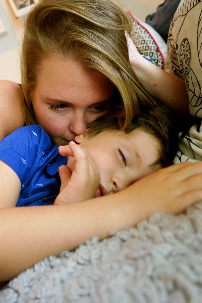God mulighet til å snuse på ham. Sovende barn lukter best (blir man litt creepy som mor??).