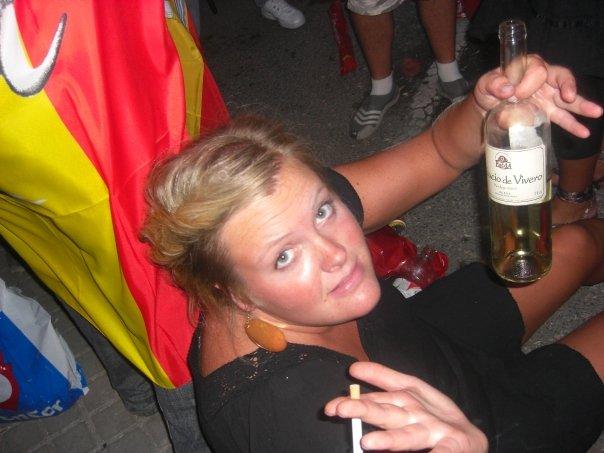 Jeg kan ikke feire sånn som dette lenger, gatelangs med vinflaska i den ene hånden og siggen i den andre til det blir lyst. I alle fall ikke i dag. Men jeg skulle gjerne gjort det altså, sammen med dere :) Foto: Ida Bergstrøm (Valencia 2008)