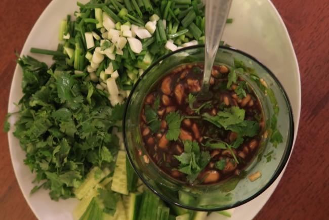 Koriander, agurk, vårløk og Bent Stiansens versjon av Hoi Sin-saus.