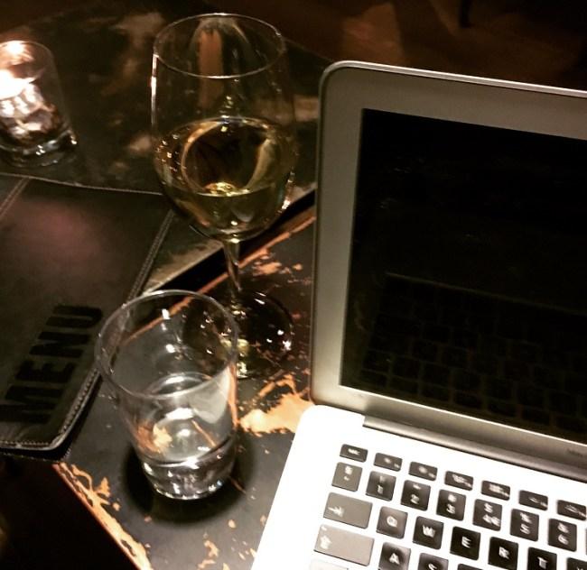 Du er ikke ordentlig blogger før du skriver på café, alene, mens du drikker vin. Jeg øver meg.