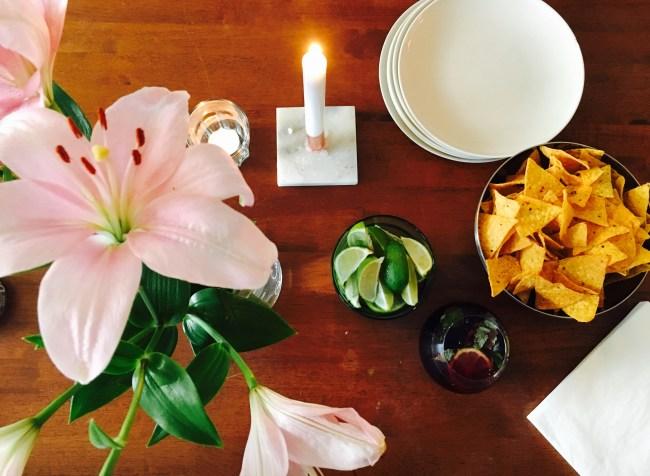 Alt dette bordet mangler nå er retter med smeltet ost, drinker med rom, og venner som skal fortære det med meg. Det er helg!!!