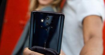 """Nokia 9 PureView สมาร์ทโฟนรุ่นแรกของโลกที่มาพร้อมกับกล้องหลังเลนส์ ZEISS Optics 5 ตัว ซึ่งแบ่งเป็นเลนส์ที่มีเซนเซอร์สำหรับเก็บภาพสี 2 ตัว และเซนเซอร์สำหรับเก็บภาพแบบ Monochromatic 3 ตัว เพื่อการประมวลผลภาพที่คมชัดยิ่งกว่า เมื่อเลนส์อันทรงพลังทั้ง 5 ทำงานร่วมกันจะสามารถเก็บแสงได้มากกว่าเซนเซอร์รับแสงแบบตัวเดียวถึง 10 เท่า ภาพทุกภาพที่ถ่ายด้วย Nokia 9 PureView จะเป็นภาพแบบ HDR พร้อมรูรับแสงที่กว้างถึง 12.4 และความกว้างในการเก็บภาพที่ลึกถึง 12 MP ซึ่งรูปความละเอียด 12 MP แต่ละรูปจะมีความละเอียดของภาพสูงทั้งในแสงสว่างจ้าหรือแม้แต่ในแสงเงา นอกจากนั้นแต่ละภาพจะมีความคมชัดสวยงามอย่างน่าอัศจรรย์อีกด้วย โหมด Depth Map ช่วยให้คุณสามารถสร้างภาพแบบ Bokeh ได้อย่างสวยงาม และให้คุณสามารถแต่งภาพหรือเลือกจุดโฟกัสได้ในภายหลังด้วย Google Photos นอกจากนั้น Nokia 9 PureView ยังมาพร้อมสถาปัตยกรรมอันชาญฉลาดจาก Qualcomm Snapdragon ที่ออกแบบมาเพื่อช่วยให้การประมวลผลภาพถ่ายดีขึ้นกว่าเคย Nokia 9 PureView ช่วยให้คุณสามารถถ่ายภาพแบบ RAW """"DNG"""" ทั้งยังออกแบบมาให้ผู้ใช้งานสามารถตกแต่งภาพจากโทรศัพท์ได้ด้วยตนเอง ผ่านโปรแกรมตกแต่งภาพ Adobe Photoshop Lightroom ซึ่งเป็นหนึ่งในพันธมิตรทางธุรกิจของโนเกีย Nokia 9 PureView นำเสนอประสบการณ์สมาร์ทโฟนเรือธงอันโดดเด่น ด้วยเทคโนโลยีอันทันสมัยจากชิปเซ็ต Qualcomm Snapdragon และระบบประมวลผลหน้าจอแบบ 2K pOLED PureDisplay มาพร้อมกับ Qi แท่นชาร์จ แบตแบบไร้สายและระบบสแกนลายนิ้วมือที่ติดตั้งอยู่ใต้หน้าจอ นอกจากนี้ Nokia 9 PureView ยังถูกออกแบบและผลิตออกมาอย่างประณีต ปราศจากรอยต่อของเลนส์กล้อง สะท้อนให้เห็นถึงดีไซน์และมาตรฐานในการผลิตอันโดดเด่นตามแบบฉบับของโนเกีย ทั้งยังมีความทนทานต่อการกระแทกและการตกหล่นที่อาจเกิดขึ้นได้ในชีวิตประจำวัน ด้วยตัวเครื่องที่ผลิตจากวัตถุดิบ Corning Gorilla Glass 5 ทั้งด้านหน้าและด้านหลัง"""