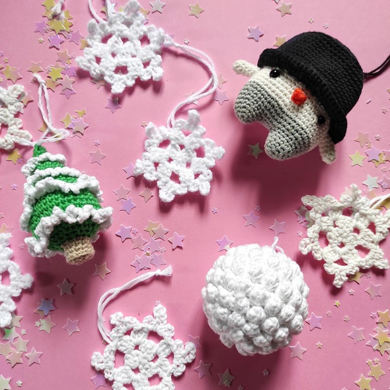 Bonhomme de neige saison lalylala sapin boule crochet The Amazing Iron Woman