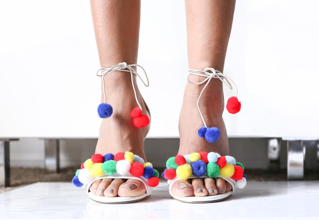 A Colorful PomPoms Shoes DIY
