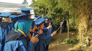 Groupie Graduation. Selfie stick was used to capture a group of students who already graduated (photo by Mierdiansyah)