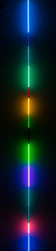 光之語 Light Sentences 2016 226 - 244 cm x 2cm 玻璃管、氬氣 Argon gas encased in glass tubing Photo courtesy of Oliver Rios