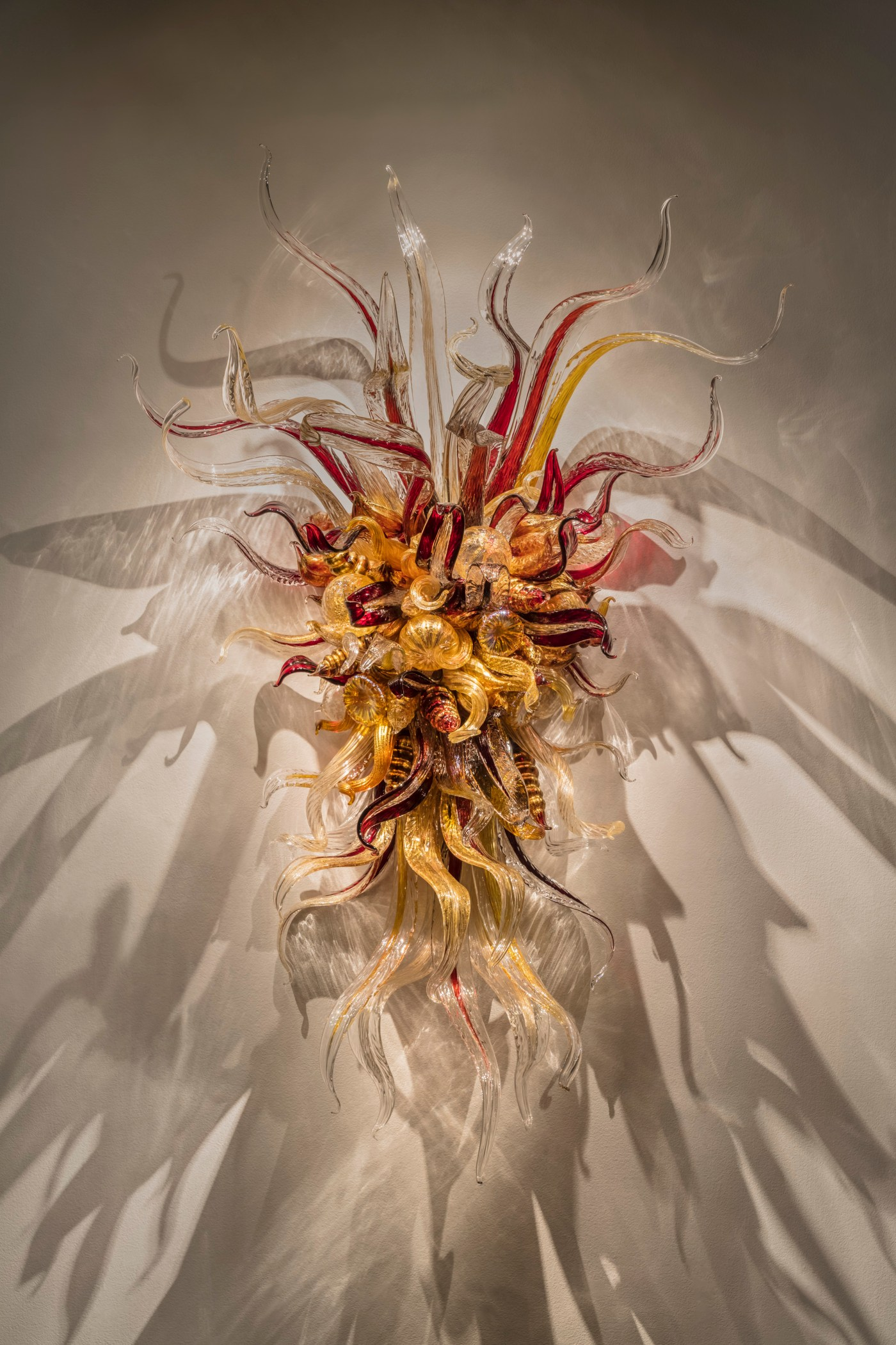 Cranberry and Sienna Sconce 紅莓與赭色壁燈, 2018, 191 x 122 x 61 cm © Chihuly Studio