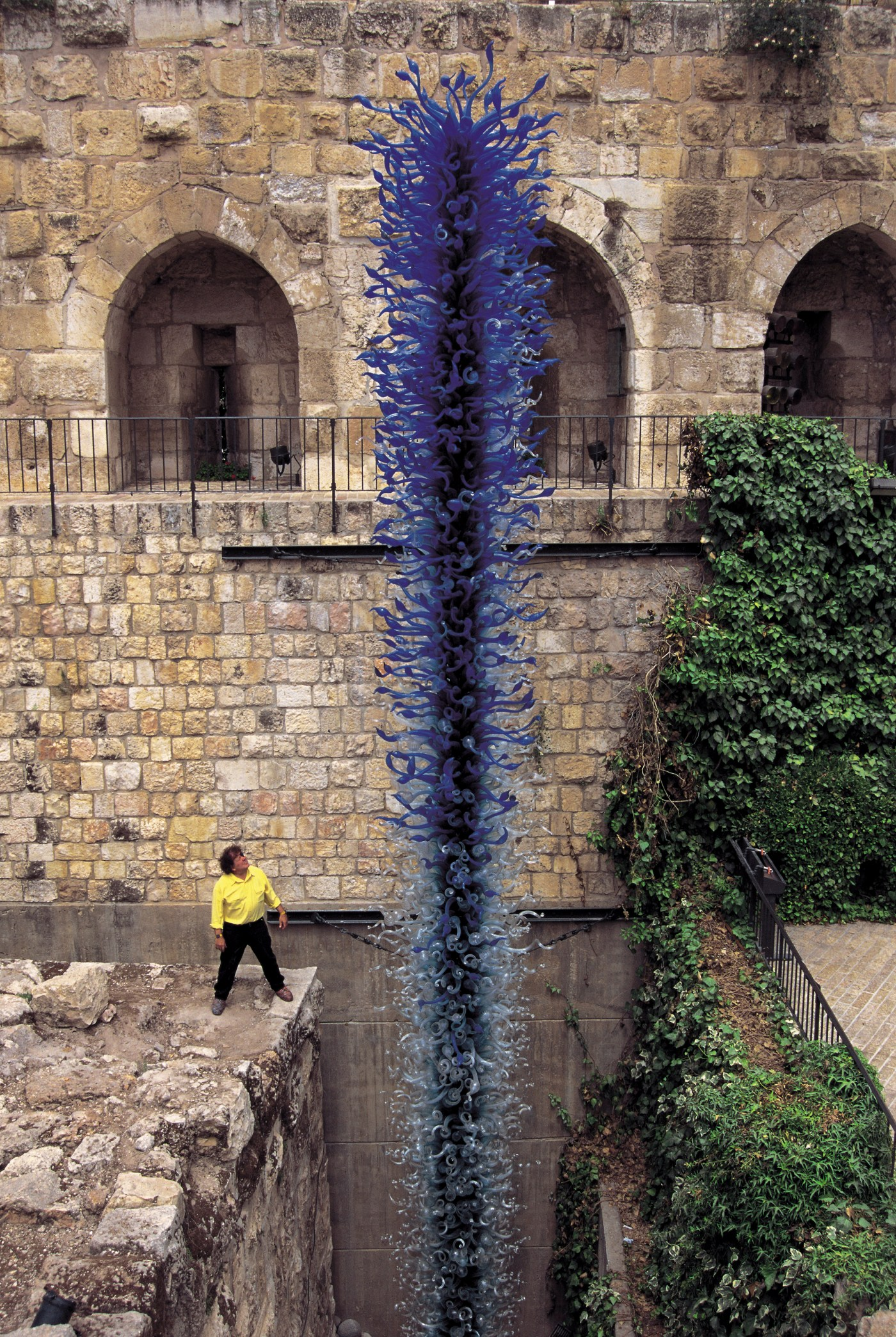 Dale Chihuly with Blue Tower, Jerusalem, 奇胡利與作品《藍塔》,耶路撒冷,1999 © Chihuly Studio