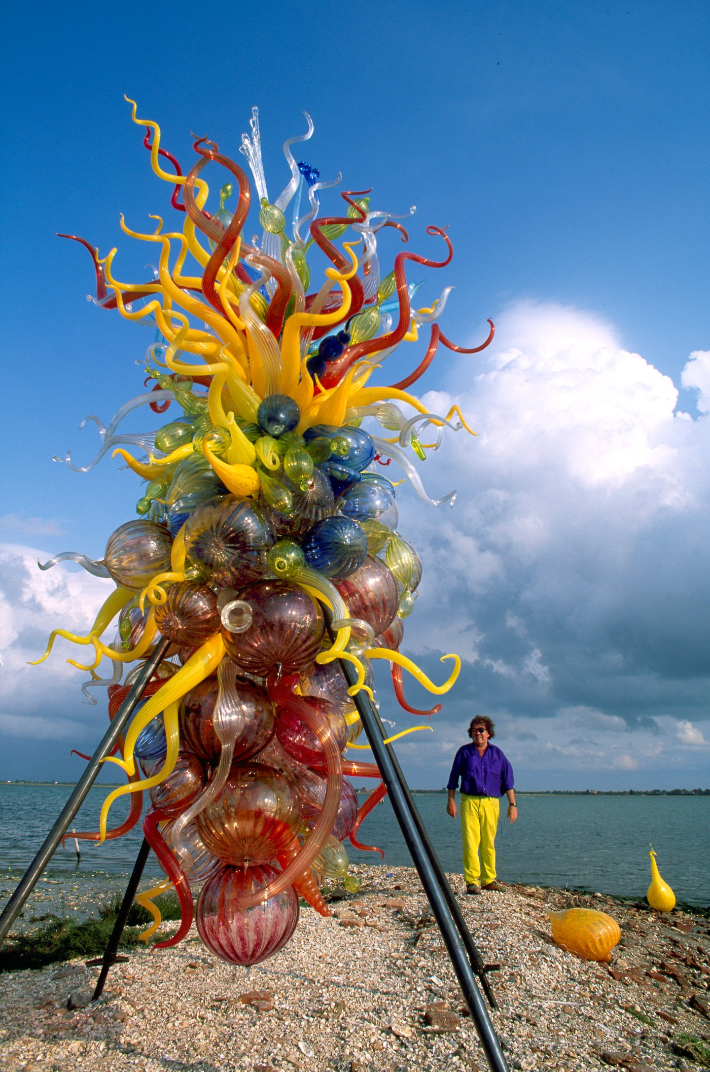 Dale Chihuly with Isola di San Giacomo in Palude Chandelier Venice, 奇胡利與聖雅各伯島吊燈,1996 © Chihuly Studio