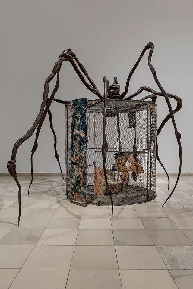 路易絲·布爾喬亞《蜘蛛》,鋼、錦緞、木、玻璃、布料、橡膠、銀、金、骨頭,449.6×665.5×518.2cm,1997年 ©伊斯頓基金會/VAGA(ARS),紐約。攝影:Mark Setteducati