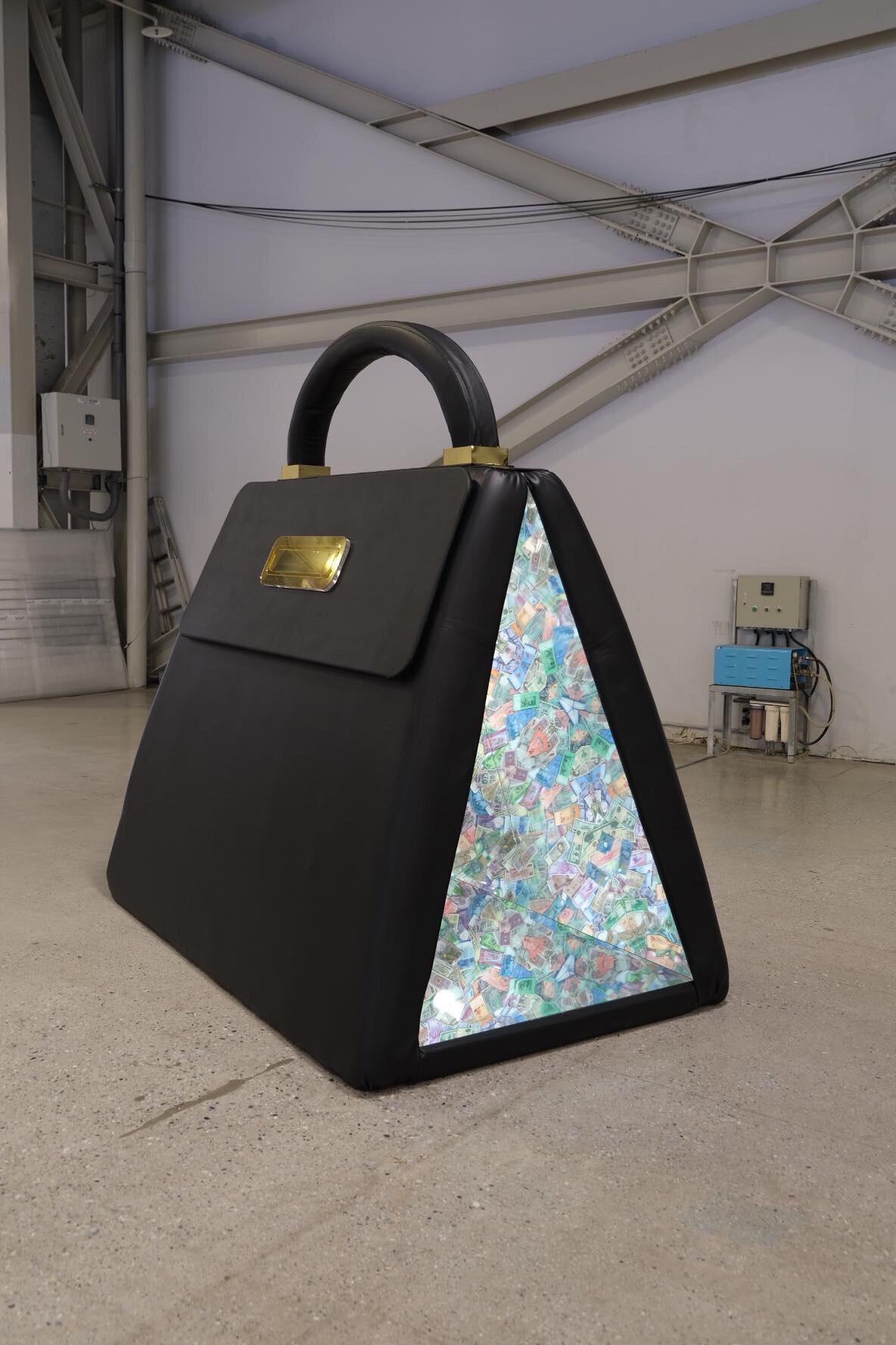 《多元祈禱室》人造皮革、鏡、紙鈔、音效、燈光 圖/ 藝術家 張景祥 Sean CHANG 提供