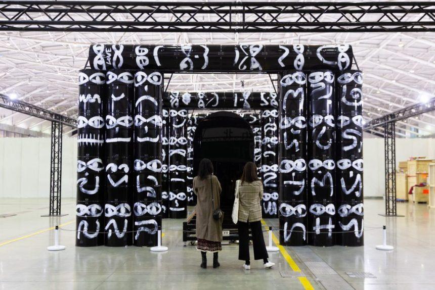 周世雄(出生於1989年,台北) 油彩、機械自走車、自動控制系統、鐵製軌道、金屬油桶 1152 x 600 x 413 cm 2019  由亞紀畫廊提供