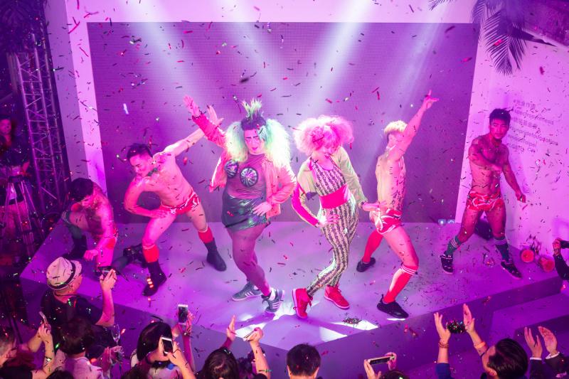 藝術家黃漢明與余政達易裝扮演「西瓜仙子」,和舞男大跳熱身舞,逗得全場哄動。圖片由Sunpride Foundation提供