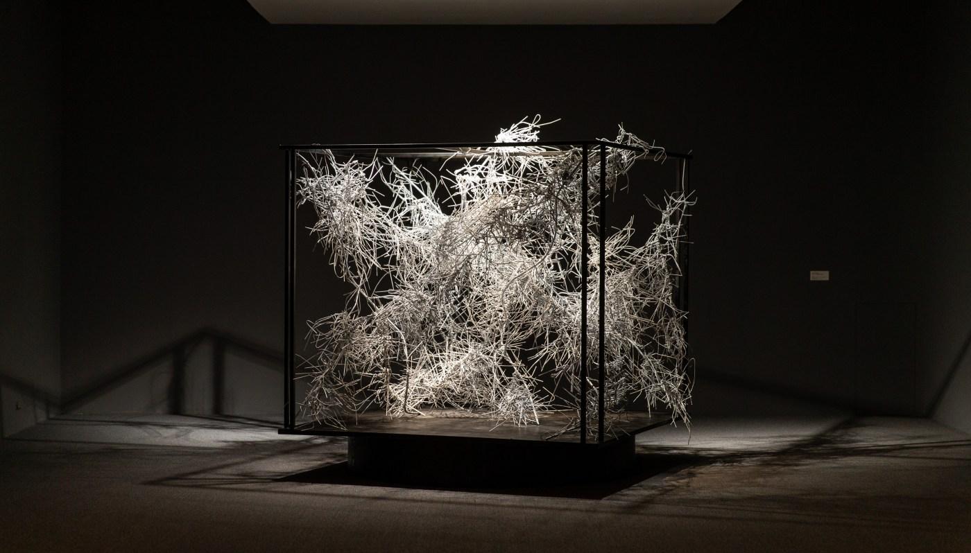 江賢二,《金樽/淨化之夜》,2020 鐵絲、馬達、鐵件 200 x 200 x 200 cm 藝術家自藏 ©臺北市立美術館及藝術家提供
