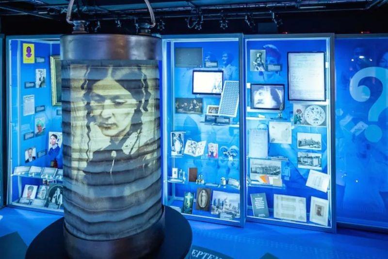 """200週年紀念展:物、人與地""""展覽現場,圖片來源: assets.londonist.com"""