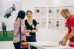 2019 台灣當代一年展,國際當代藝術空間區,來自烏克蘭 Open Place 的藝術家與主題策展區策展人陳念庭相互交流。圖/ 台灣當代一年展 提供