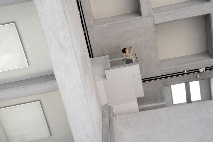 賴志盛此次作品《接近》依舊是針對空間本身的現地製作:三樓的藝想空間原本即可往下眺望大廳,如探一池深水,而人倚靠在迴廊的女兒牆邊,離「天」(深格狀的大廳天花板)更近,視野內氣象萬千。(賴志盛提供)
