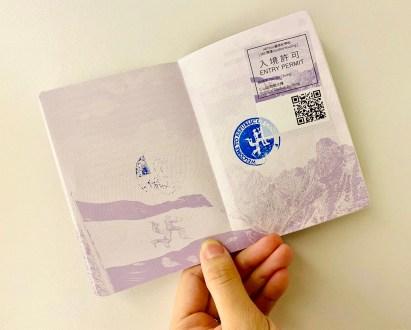 藝術家特製「犬儒共和國護照」內頁及戳章,掃描QRcode可觀看由藝術家親自導覽的360影片 圖/ ART PRESS 編輯部攝影
