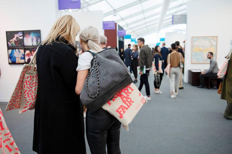 Visitors at the 2018 edition of Frieze London. Photo by Linda Nylind. Courtesy of Linda Nylind/Frieze.