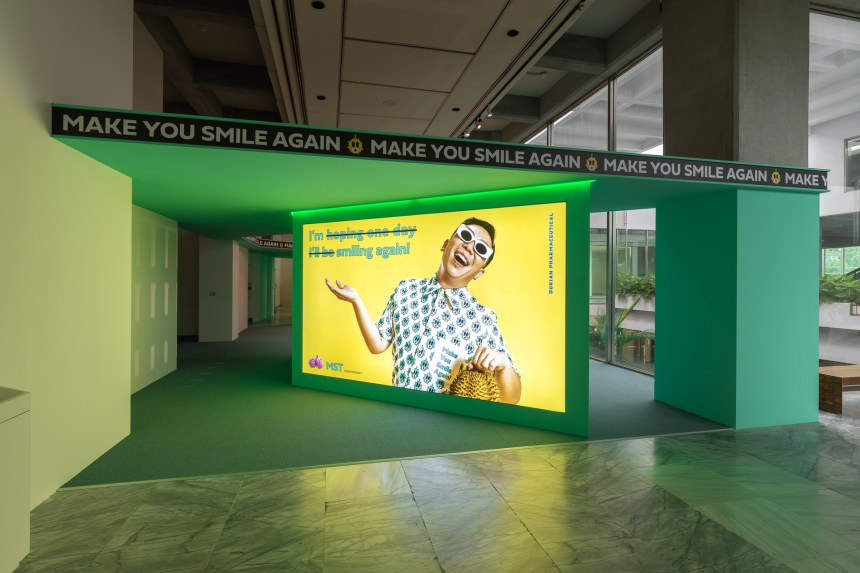 FAMEME,〈榴槤製藥廠〉,2020,互動裝置、 現場表演,複合媒材,尺寸依展場空間而定。 臺北市立美術館提供。 FAMEME, DURIAN Pharmaceutical, 2020, interactive installation, performance, Dimensions variable. Courtesy of Taipei Fine Arts Museum.