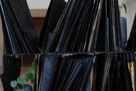 邱承宏_花架_2020_鐵、碳、混凝土、黑大理石、金屬夾具、小花蔓澤蘭_尺寸依場地而定, Courtesy of 本事藝術 Solid Art