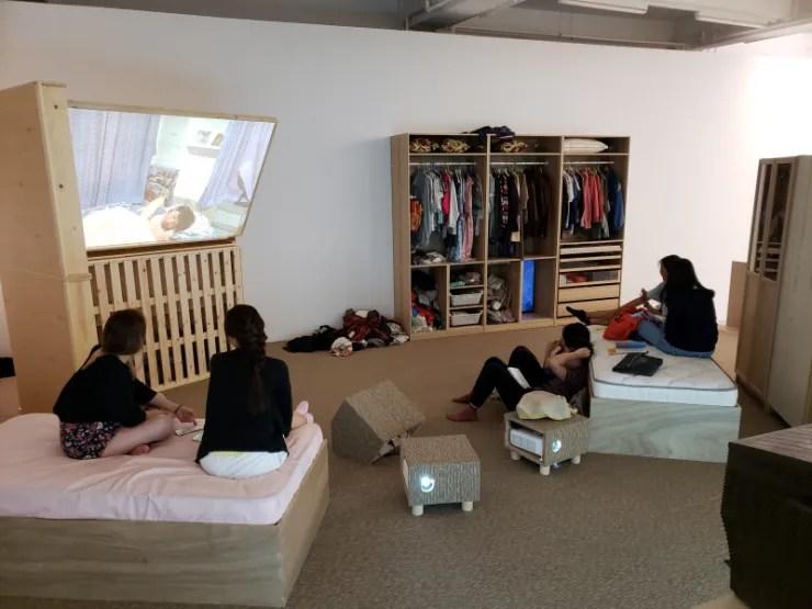 《懶腰》於香港大館畫面,進到這個空間的觀眾都是客人 (Courtesy of Tai Kwun Contemporary and participants)