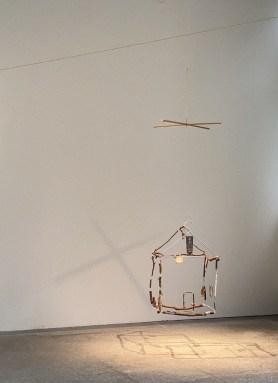 戴翰泓 TAI Han-Hong,從一個角落到另一個角落 From one corner to the other, 2021, 門、空間、機械裝置、樹枝、現成物、展場拾得物 Door, space, mechanical devices, branches, ready-made objects, site found objects, Courtesy of the artist