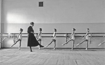 Хореографическое училище Государственного академического Большого театра. Отработка позиций. Москва, СССР, 1958 © Корнелл Капа © International Center of Photography / Magnum Photos