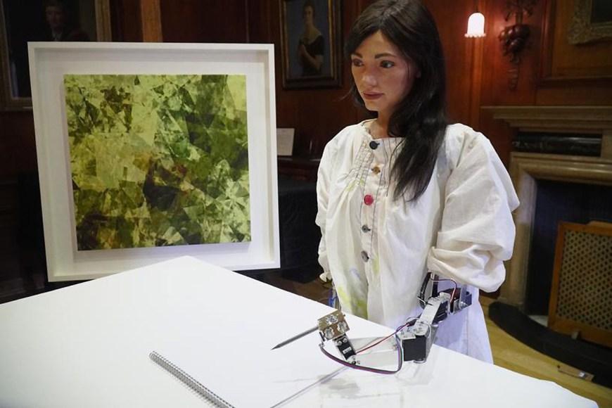 Робот-художник открыл персональную выставку в Лондоне