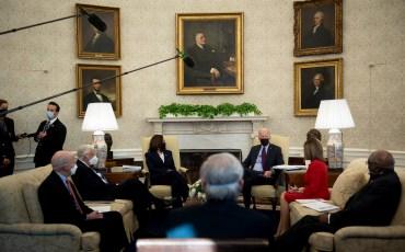 Джозеф Р. Байден-младший распорядился сменить обстановку в Овальном кабинете Белого дома в Вашингтоне и дополнить ее произведениями искусства