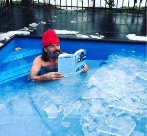wim hof v bazéne, ľad, imunita, otužovanie
