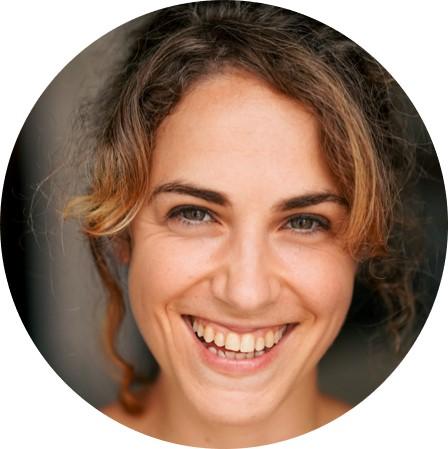 Camille Davin souriante, comédienne chez Théâtricité