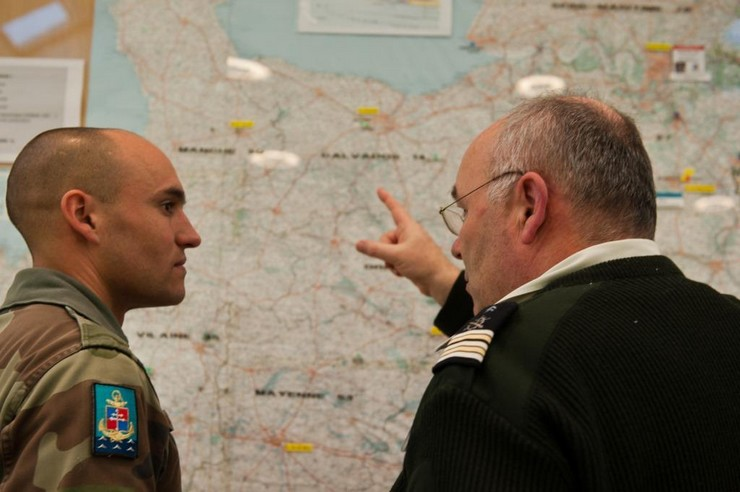 Le commandant d'unité de la 22e compagnie d'appui du 6e régiment du génie d'Angers reçoit ses ordres de la part d'un officier de Etat-major de zone inter-armées de défense Ouest.