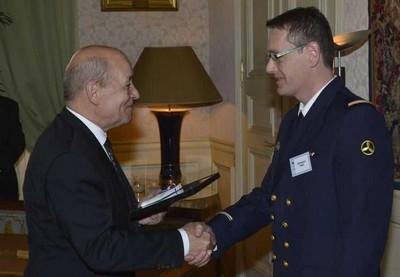 Jean-Yves Le Drian remet le 1er prix de la catégorie « Actions réalisées » au maître Sébastien Vrac. Crédit : Marine nationale