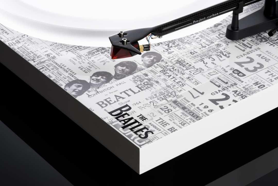 PJ-Debut-Carbon-Esprit-SB-The-Beatles-1964-Recordplayer-angled-Logo-hires