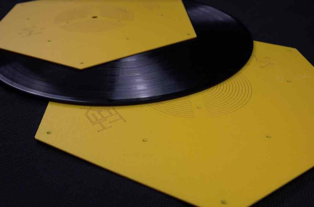 Hexmat Yellow Bird Platter Mat