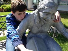 Arthur and his friend the Storyteller at the Leavenworth city hall and public library