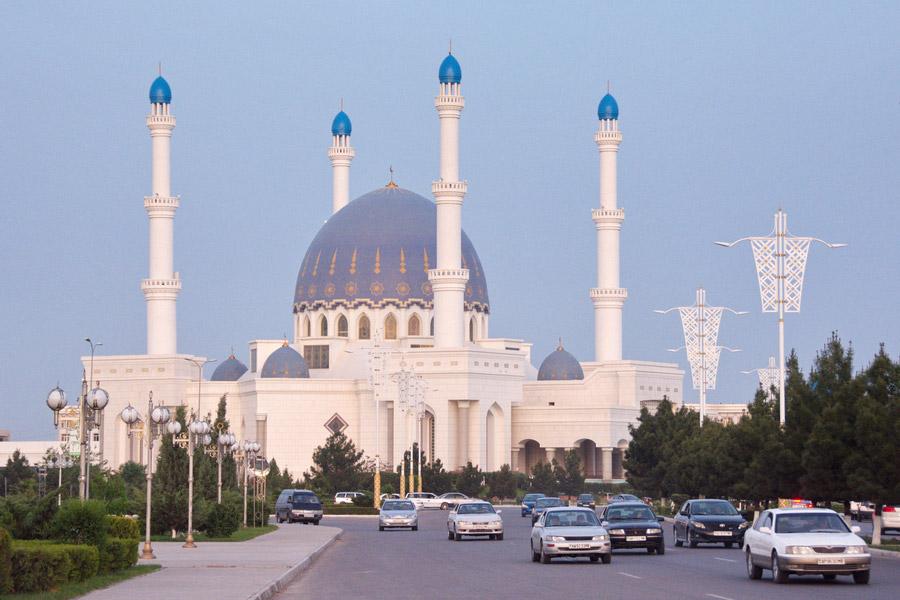 Turkmenistan voiture blanche 04