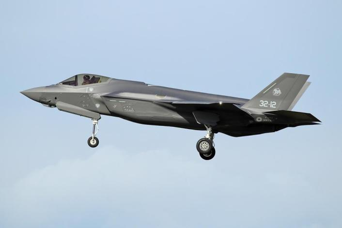 F 35 Rivolto 3 - Italian Air Force F-35s Carry Out SEAD and DEAD Training During Exercise Lightning 2020