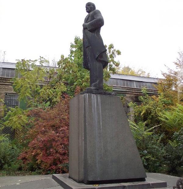 Lenin Statue Turned Into Darth Vader 4