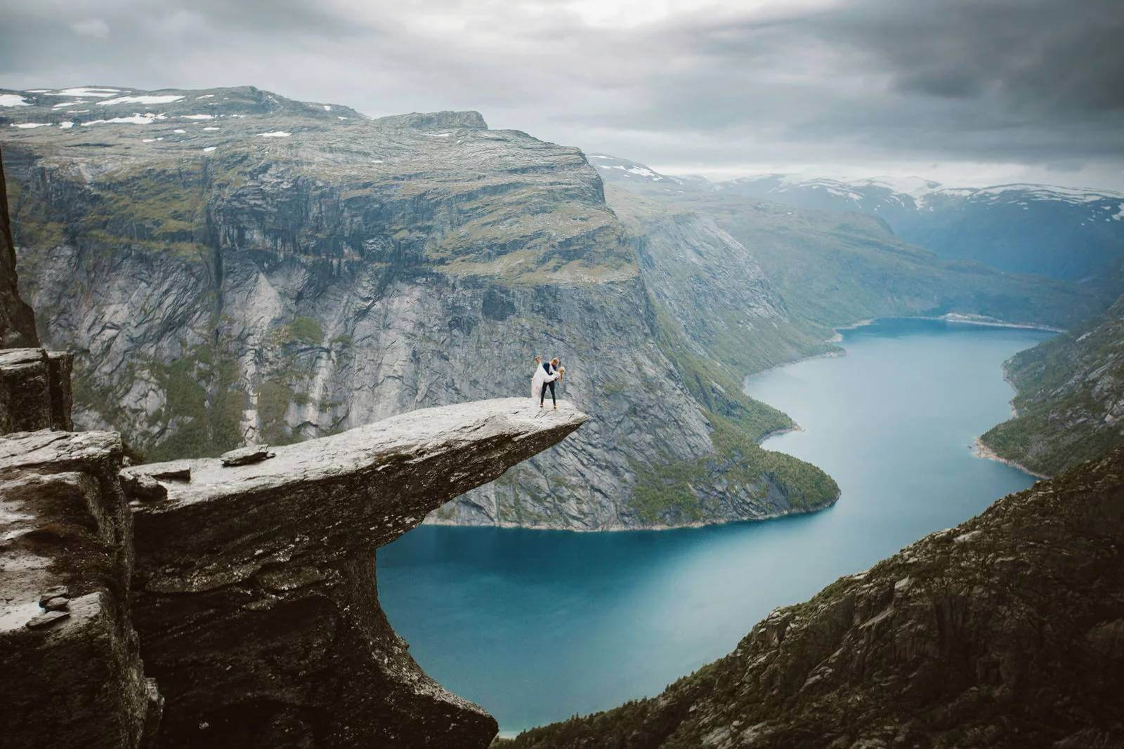 Cute Hawii Wallpapers Epic Wedding Photos On Top Of Trolltunga After 14 Hours