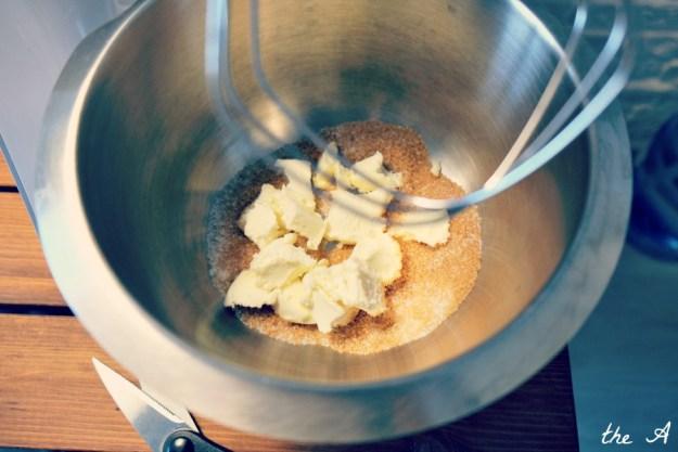 Масло и коричневый сахар в миксере