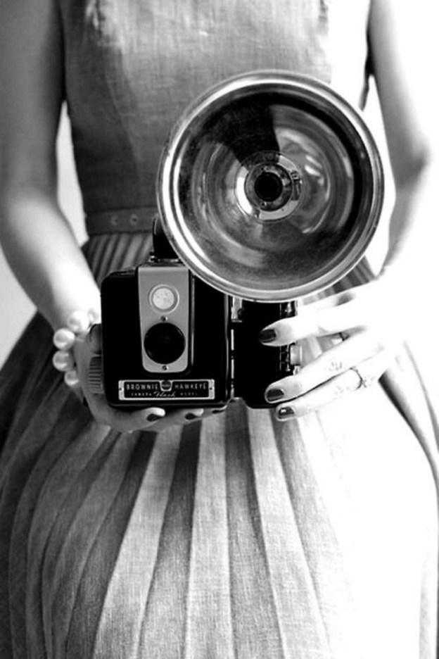 Старый фотоаппарат в руках девушки