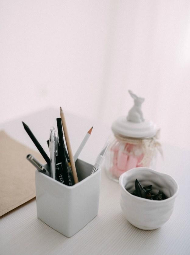 Ручки и стаканчики на столе