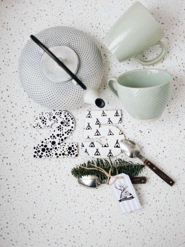 Белый чугунный чайник